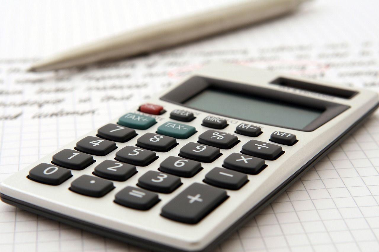 Miniräknare som ligger på ett antecknigsblock