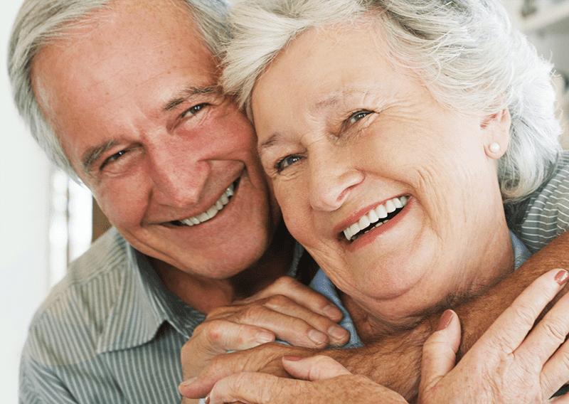 Pensionärer som kramas och ler