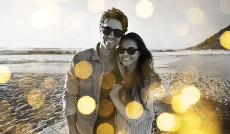 Man och kvinna kramar om varandra på en strand